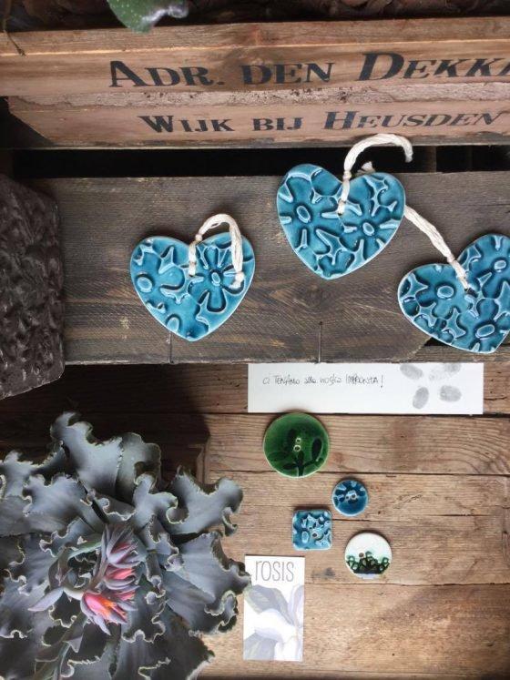 Bottoni in vetrina da Rosis – Udine,  luogo in cui riscoprire atmosfere e saperi e dove stupirsi della sensibilità nel creare composizioni uniche e originali