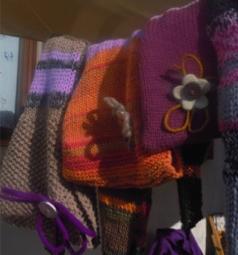 Bottoni e fili di feltro per gli scaldacollo e i cappucci in lana di Elena.