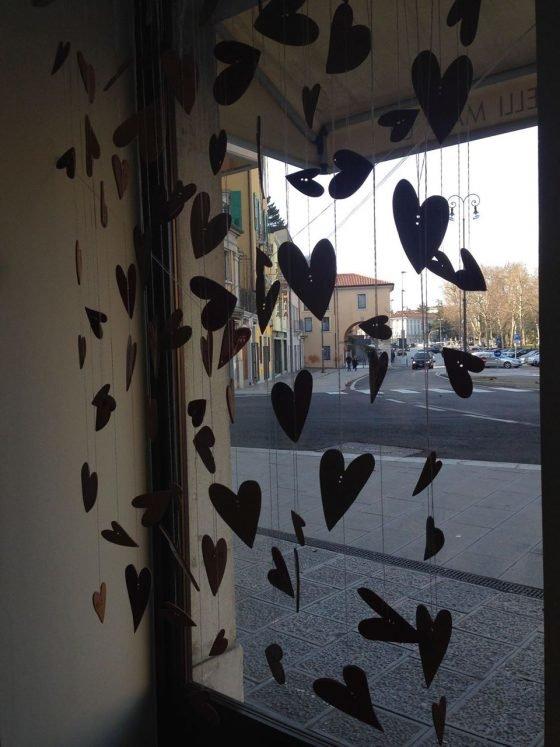 Cuori in vetrina da Studio Make Up a Udine