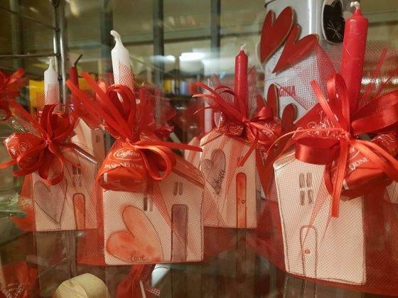 Bottoni, calamite e casette portacandela nelle vetrine della caffetteria Greco Degustazione di Udine.